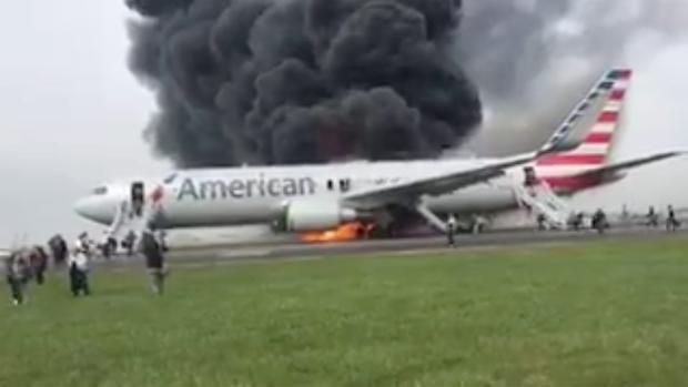Avión se incendia en aeropuerto de Chicago