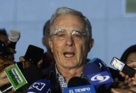"""Uribe pide """"plazo prudente"""" para examinar nuevo acuerdo de paz con las FARC"""
