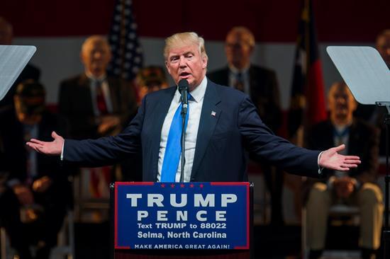 """Trump dice que Gobierno """"interfiere"""" en investigación del FBI sobre Clinton"""