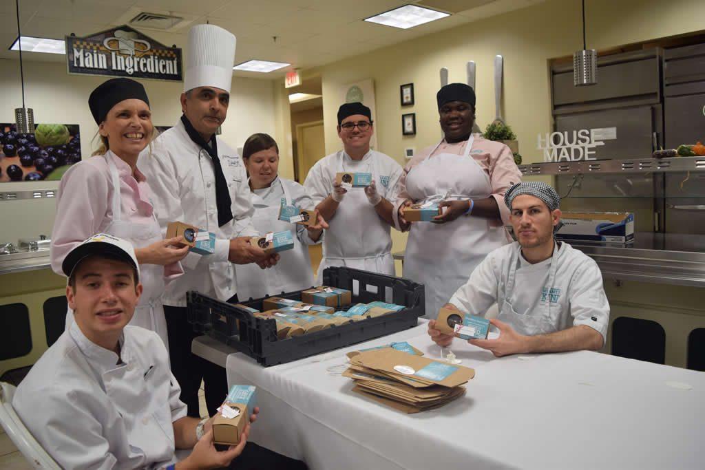 Jóvenes autistas se ganan la vida en una cocina de Miami