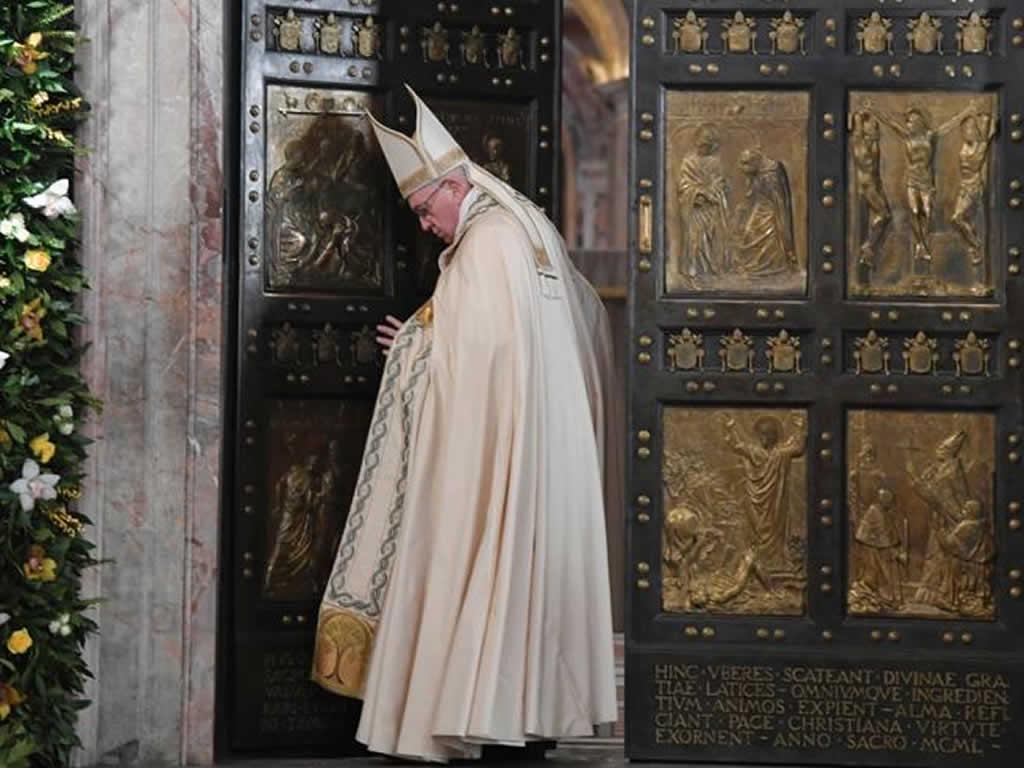 El papa cierra la Puerta Santa de la Basílica de San Pedro del Vaticano
