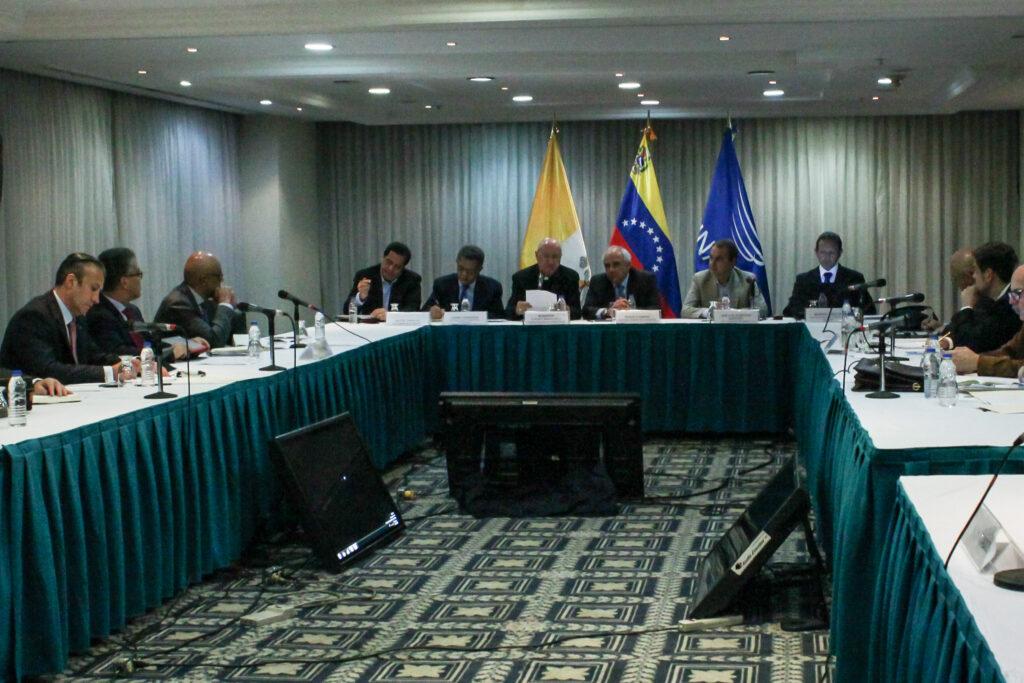 Mediadores anuncian acuerdos en diálogo que continua este sábado