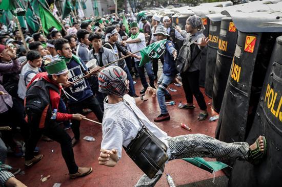 Miles de indonesios reclaman procesar al gobernador de Yakarta por blasfemo
