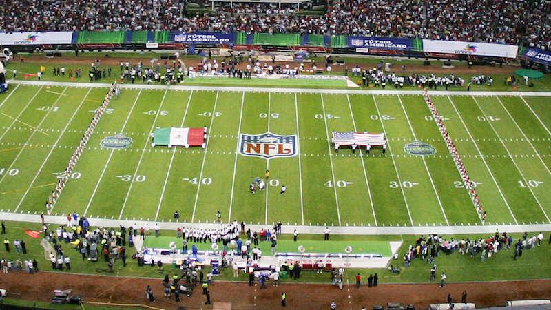 La NFL se congratula en el estadio Azteca y une los himnos de EEUU y México
