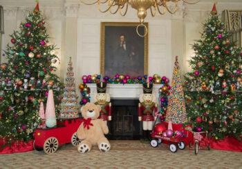 Regalos y casas de jengibre de juguete adornan la Casa Blanca por Navidad