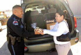 Policía en EEUU reparte pavos en la frontera para celebrar Acción de Gracias