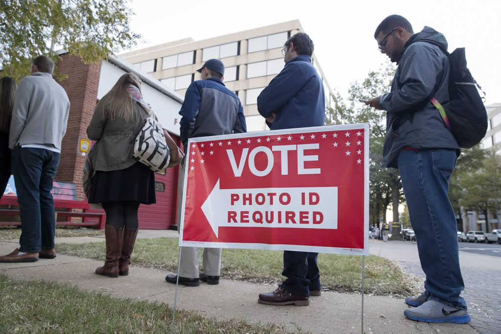 Se forman filas en colegios electorales de la costa este de EEUU