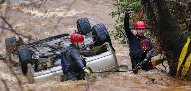 Mueren tres jóvenes al estrellarse vehículo y caer en un lago de Florida