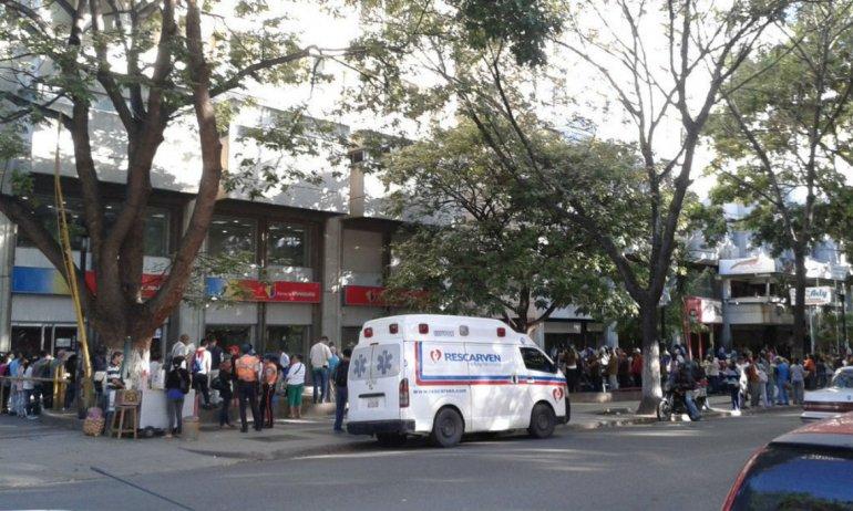 Venezolanos acuden masivamente a bancos a entregar billetes de 100 bolívares