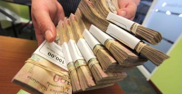 Venezolanos tendrán otros 10 días para canjear billetes de 100 en los bancos