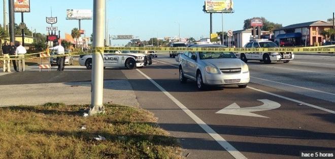 Hombre desnudo que saltaba sobre autos en Tampa muere tras su arresto