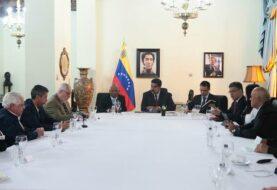 Gobierno Maduro y oposición se reúnen por separado con mediadores de diálogo