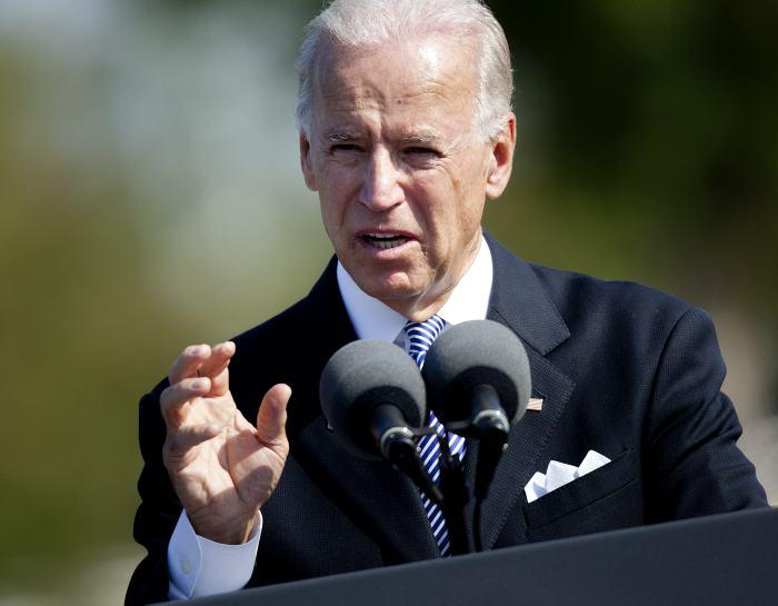 Biden llega a Colombia y elogia a Santos por el acuerdo de paz