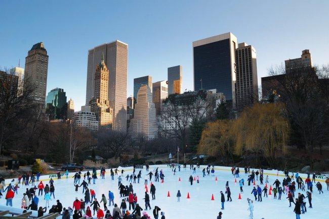 Patinadores sobre hielo inauguran la llegada de la Navidad a Nueva York