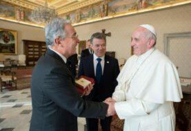 Santos insta a Uribe ante el papa a colaborar para implementar los Acuerdos