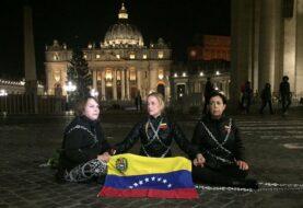Tintori se encadena frente al Vaticano para exigir la liberación de presos