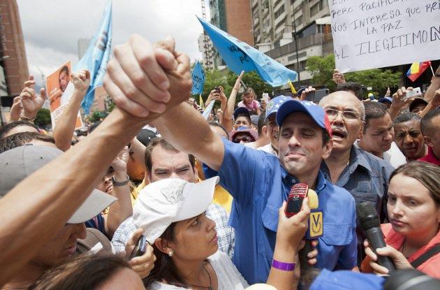Capriles protesta en autopista caraqueña para pedir elecciones en Venezuela