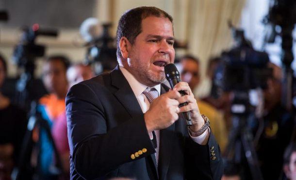 Diputado opositor denuncia que anularon su pasaporte en aeropuerto venezolano