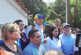 Diputados venezolanos celebran sesión cerca de cárcel donde está Gilber Caro