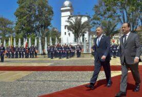 Hollande inicia visita a zona de reunión de las FARC en suroeste de Colombia