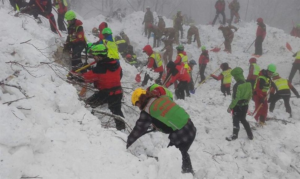 Se mantienen esperanzas de hallar supervivientes en hotel sepultado en Italia