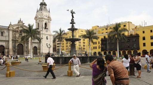 El centro de Lima, patrimonio de humanidad abandonado al polvo y las cenizas