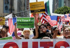 Manifestantes piden a alcalde de Miami-Dade retirar su apoyo a orden de Trump