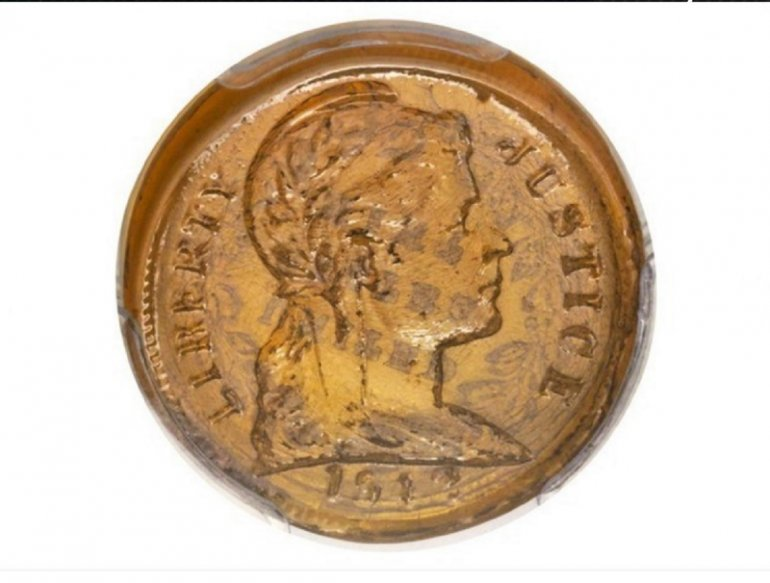 Exhiben rara moneda de plástico de 1942 de EE.UU. en feria numismática