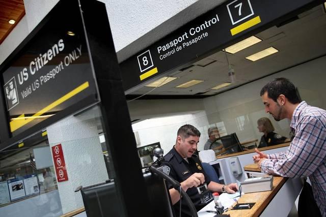 Detienen a dos sirios y un iraní en aeropuerto de Orlando tras veto de Trump
