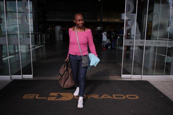 La mujer que vivió más de un mes en el aeropuerto de Bogotá regresó a EE.UU.