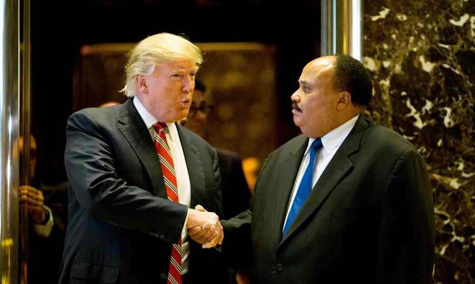 Trump se reúne con hijo de Martin Luther King en medio de nueva polémica