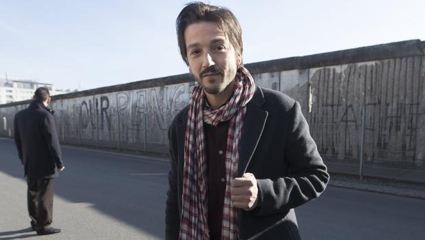 Diego Luna escenifica ante el muro de Berlín su rechazo al muro de Trump