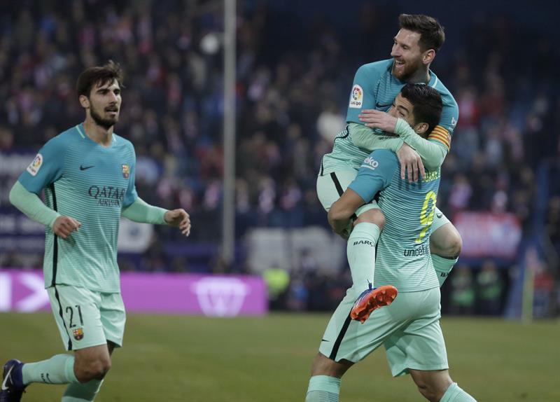 Barcelona vence a domicilio al Atlético de Madrid con joyas de Messi y Suárez