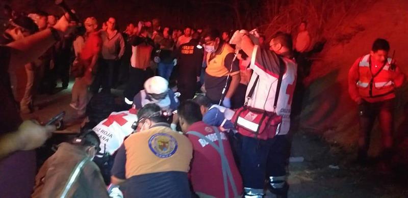 Al menos 25 centroamericanos mueren al volcarse un camión en el sur de México