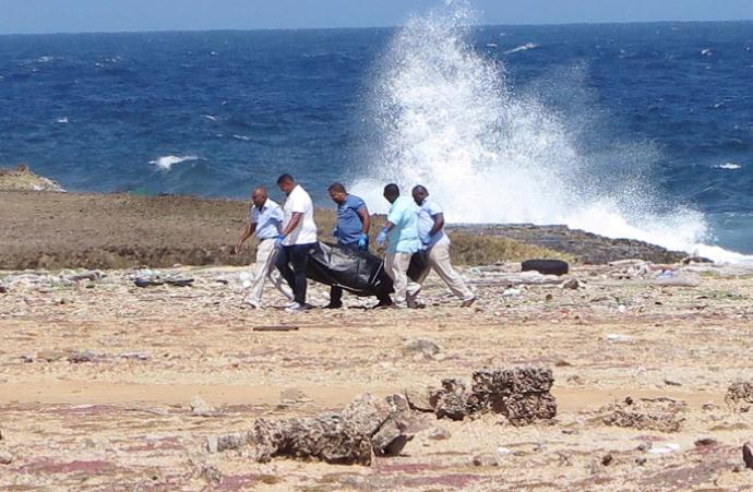 Una muerta y 11 rescatados en naufragio venezolano con más de 30 pasajeros