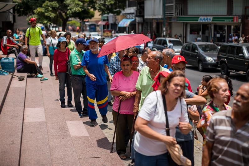 Largas filas fueron protagonistas en Caracas por la ayuda humanitaria