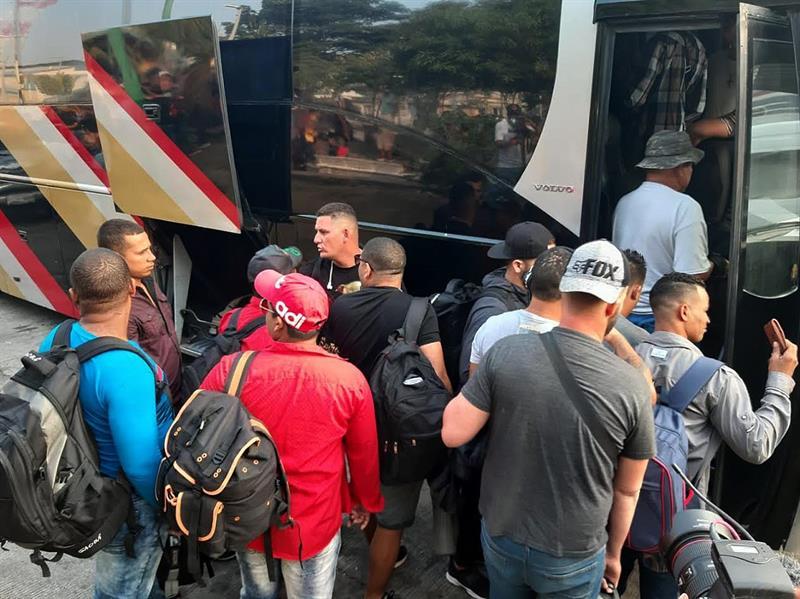 """Cientos de cubanos emprenden """"viacrucis migrante"""" desde el sureste de México"""