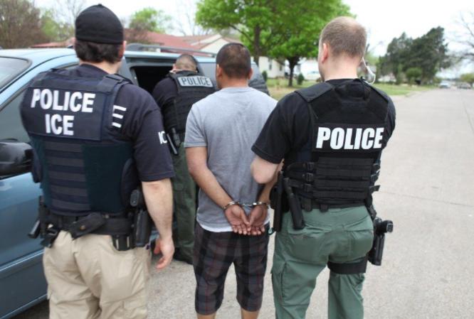 Inmigración de EE.UU. reduce arrestos y deportaciones por crisis fronteriza