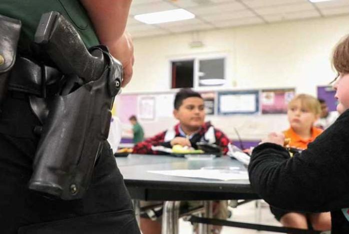 Aprueban ley para que maestros de Florida puedan ir armados a las escuelas