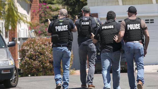 Investigan a los dos jóvenes sospechosos del tiroteo en escuela de Colorado