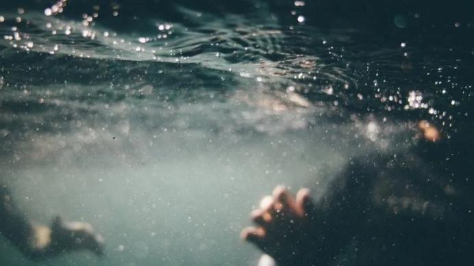Un 40 % de los estadounidenses orinó en una piscina siendo adulto