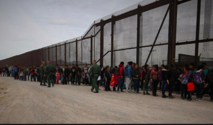 Cientos de inmigrantes en frontera de EEUU serán enviados al sur de Florida