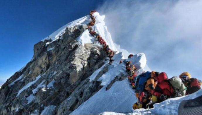 Atasco en el Everest al hacer cima más de 200 alpinistas