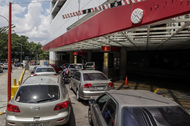 Crece la escasez de gasolina en Venezuela y llega a Caracas