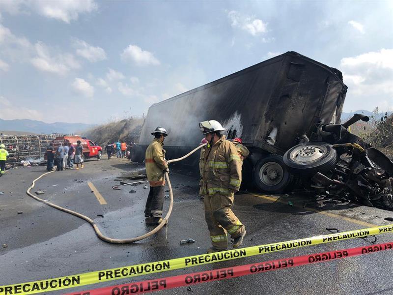 Mueren 21 personas en un choque entre autobús y camión en el este de México