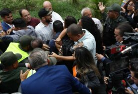 Prensa venezolana ingresa por fuerza al Parlamento tras cerco policial