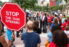 "Políticos y grupos civiles rechazan en Miami ""epidemia"" de ataques con armas"