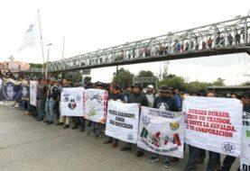 Policías federales bloquean aeropuerto de México reclamando indemnizaciones