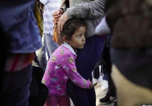 Gobierno de Trump separó de sus familias a 1.556 niños más de lo informado