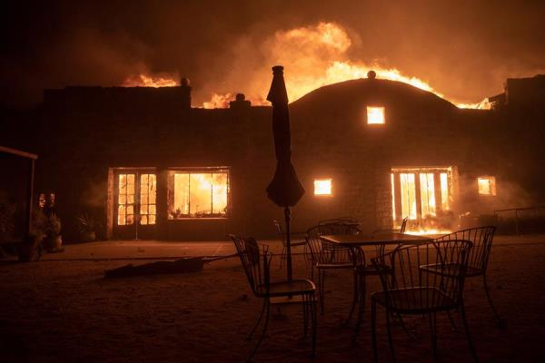 California combate una decena de incendios que obligan a evacuar a miles